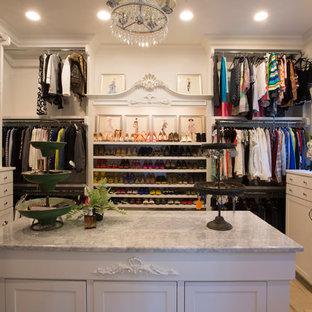 Großer, Neutraler Retro Begehbarer Kleiderschrank mit Schrankfronten mit vertiefter Füllung, weißen Schränken und hellem Holzboden in Dallas