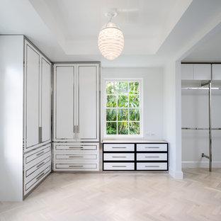 Imagen de armario unisex, clásico, grande, con armarios con paneles lisos, puertas de armario blancas y suelo de travertino
