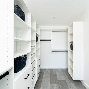 Idéer för stora 50 tals walk-in-closets för könsneutrala, med släta luckor, vita skåp, vinylgolv och grått golv