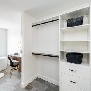Diseño de armario vestidor unisex, retro, grande, con armarios con paneles lisos, puertas de armario blancas, suelo vinílico y suelo gris