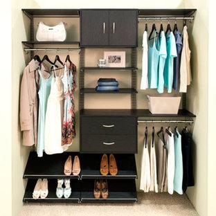 Diseño de armario y vestidor minimalista con puertas de armario marrones