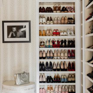 Foto de armario vestidor unisex, tradicional renovado, extra grande, con armarios con paneles empotrados, puertas de armario blancas, suelo de madera oscura y suelo marrón