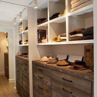 Inredning av ett rustikt walk-in-closet