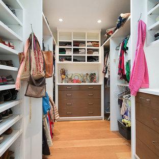 Неиссякаемый источник вдохновения для домашнего уюта: гардеробная комната унисекс в стиле современная классика с плоскими фасадами, темными деревянными фасадами, паркетным полом среднего тона и бежевым полом