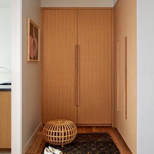 Foto di armadi e cabine armadio unisex nordici con ante lisce, ante in legno chiaro e parquet chiaro