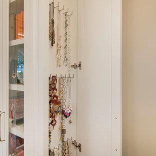 Exempel på ett mellanstort klassiskt omklädningsrum för könsneutrala, med luckor med infälld panel, vita skåp och mörkt trägolv