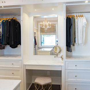 Inspiration för klassiska garderober för kvinnor, med luckor med glaspanel och vita skåp