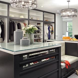 Foto de vestidor unisex, contemporáneo, con armarios abiertos y suelo gris