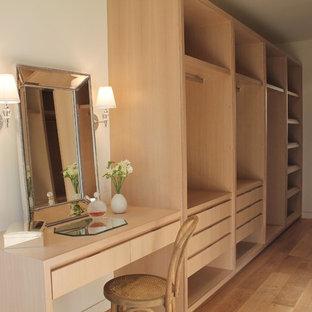 Idee per una cabina armadio unisex mediterranea di medie dimensioni con ante lisce, ante in legno chiaro e parquet chiaro