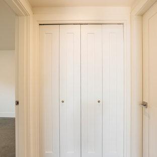 Ejemplo de armario unisex, moderno, de tamaño medio, con suelo de cemento y suelo gris