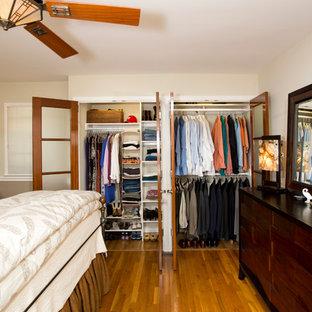 Diseño de armario unisex, de estilo americano, pequeño, con suelo de madera en tonos medios