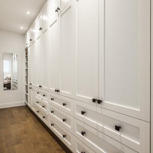 Ispirazione per un grande spazio per vestirsi unisex classico con ante in stile shaker, ante bianche e parquet scuro
