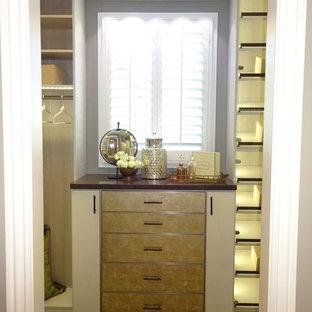 Modelo de armario vestidor de mujer, rústico, de tamaño medio, con armarios tipo vitrina, puertas de armario grises y moqueta