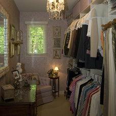 Closet by JP&CO. Samantha Grose, Designer