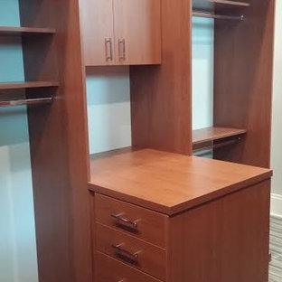 Idee per una cabina armadio per uomo minimalista di medie dimensioni con ante lisce, ante marroni, pavimento in ardesia e pavimento grigio