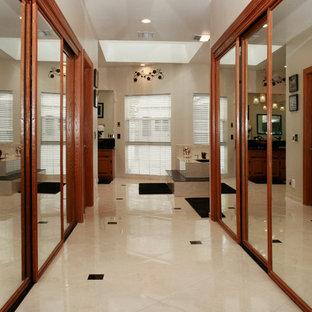 Großer, Neutraler Moderner Begehbarer Kleiderschrank mit offenen Schränken, hellbraunen Holzschränken und Keramikboden in Los Angeles