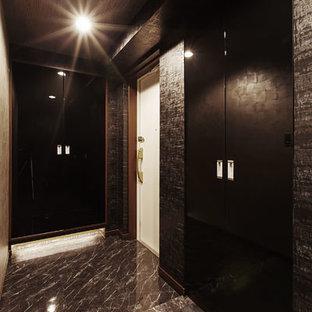 Diseño de vestidor unisex, contemporáneo, pequeño, con puertas de armario de madera en tonos medios y suelo de pizarra