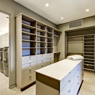 Ejemplo de vestidor unisex, actual, de tamaño medio, con armarios abiertos, puertas de armario blancas, suelo de cemento y suelo beige