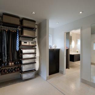 Ejemplo de vestidor moderno con suelo de travertino