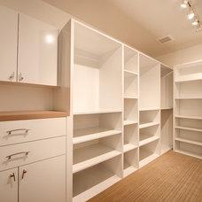 Modern Closet by Masa Studio Architects
