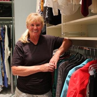 Ejemplo de armario vestidor de mujer, minimalista, grande, con armarios abiertos, puertas de armario blancas y suelo de linóleo