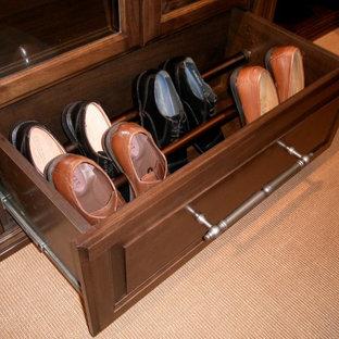 Cette photo montre un petite armoire et dressing moderne neutre.