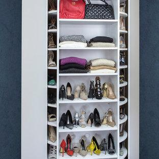 Diseño de armario vestidor moderno de tamaño medio