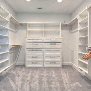 Immagine di una cabina armadio unisex minimal di medie dimensioni con ante bianche, moquette e ante in stile shaker