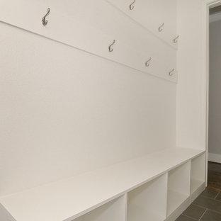 Imagen de armario vestidor de estilo americano con armarios abiertos, puertas de armario blancas y suelo de baldosas de porcelana
