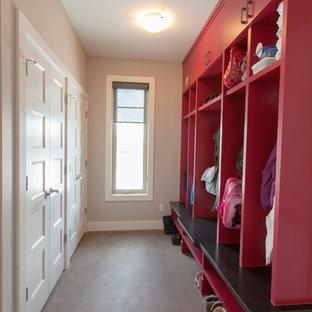 Diseño de armario vestidor minimalista, grande, con armarios con paneles lisos, puertas de armario blancas y suelo de cemento