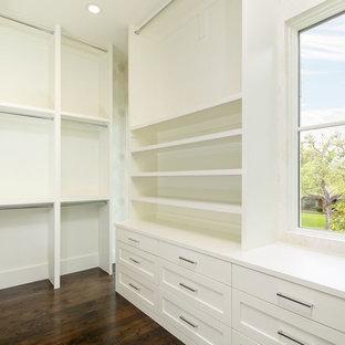 Foto di una grande cabina armadio unisex chic con ante in stile shaker, ante beige e parquet scuro