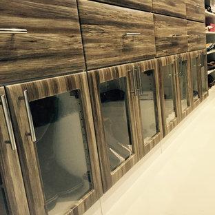 Modelo de armario vestidor de mujer, de tamaño medio, con armarios con paneles lisos, puertas de armario con efecto envejecido y suelo de madera pintada