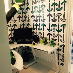 Idéer för ett litet walk-in-closet för män, med målat trägolv