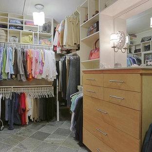 Idéer för ett mellanstort lantligt walk-in-closet, med släta luckor, skåp i ljust trä, skiffergolv och grått golv