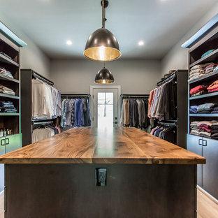 Diseño de vestidor de hombre, campestre, de tamaño medio, con armarios con paneles lisos, puertas de armario de madera en tonos medios, suelo de madera clara y suelo beige