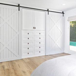 EIngebautes, Mittelgroßes, Neutrales Landhausstil Ankleidezimmer mit Schrankfronten im Shaker-Stil, weißen Schränken und hellem Holzboden in Orange County