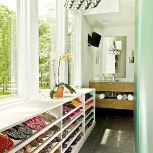 Diseño de armario vestidor de mujer, actual, pequeño, con armarios abiertos, puertas de armario blancas y suelo gris