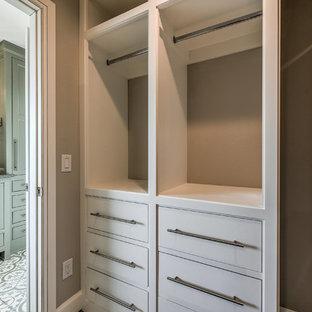 Diseño de armario vestidor unisex, campestre, grande, con armarios con rebordes decorativos, puertas de armario blancas y suelo beige