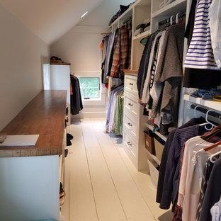 Diseño de armario vestidor unisex, de estilo de casa de campo, grande, con puertas de armario blancas, armarios estilo shaker, suelo de madera pintada y suelo blanco