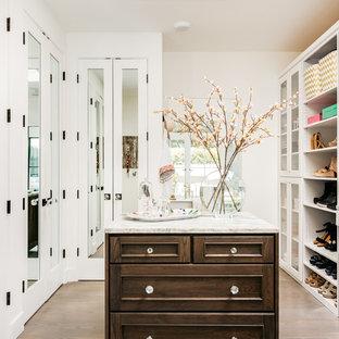 Neutraler, Großer Landhaus Begehbarer Kleiderschrank mit Schrankfronten mit vertiefter Füllung, weißen Schränken, hellem Holzboden und braunem Boden in San Francisco