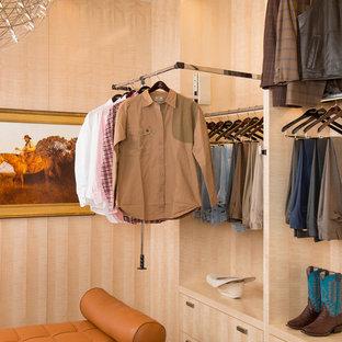 Modelo de armario vestidor de hombre, vintage, de tamaño medio, con armarios con paneles lisos, puertas de armario de madera oscura y suelo de baldosas de porcelana