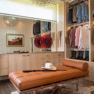 オースティンの中くらいの男性用ミッドセンチュリースタイルのおしゃれなウォークインクローゼット (フラットパネル扉のキャビネット、磁器タイルの床、淡色木目調キャビネット) の写真