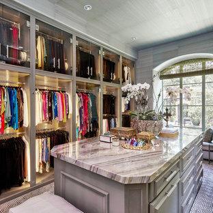 Foto de armario vestidor de mujer, tradicional, grande, con puertas de armario grises, moqueta y armarios abiertos