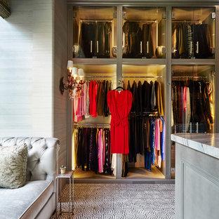 Foto de armario vestidor de mujer, tradicional, grande, con puertas de armario grises, moqueta y armarios tipo vitrina