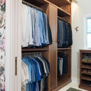 Foto di uno spazio per vestirsi classico con ante lisce, ante in legno bruno e pavimento bianco