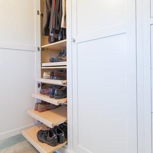 Immagine di un grande armadio o armadio a muro per uomo minimalista con ante in stile shaker, ante bianche, moquette e pavimento beige