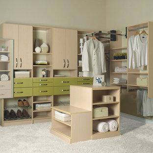 Ejemplo de vestidor de mujer, actual, de tamaño medio, con armarios con paneles lisos, puertas de armario de madera clara, moqueta y suelo blanco