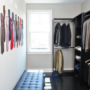 Imagen de armario y vestidor de hombre, contemporáneo, con armarios abiertos y puertas de armario negras
