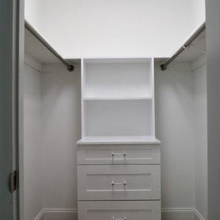 Kleiner, Neutraler Retro Begehbarer Kleiderschrank mit Schrankfronten im Shaker-Stil, weißen Schränken und hellem Holzboden in New York