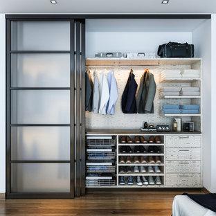 Cette image montre un placard dressing minimaliste de taille moyenne pour un homme.